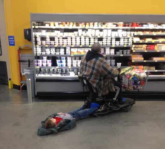niño arrastrado por carrito