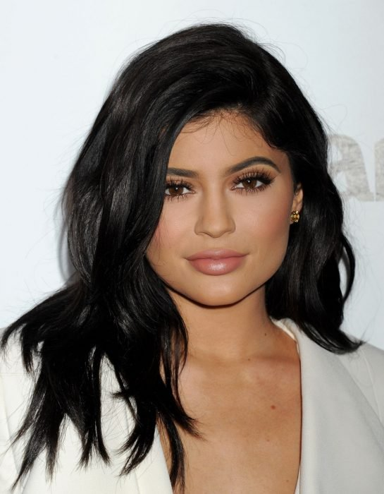 Kylie Jenner con cabello negro