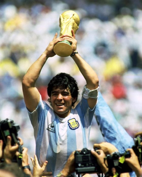 Maradona levanta la copa del mundo