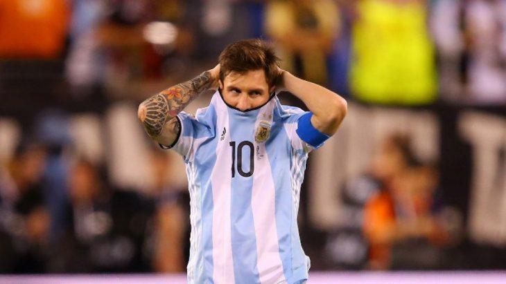 Lionel Messi se oculta bajo la playera