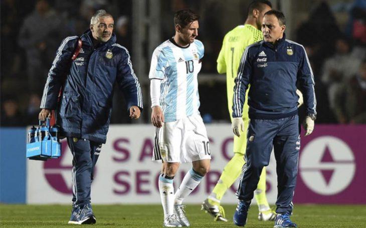 Messi acompañado del cuerpo técnico