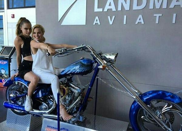 Margot Robbie y Cara Delevigne en moto