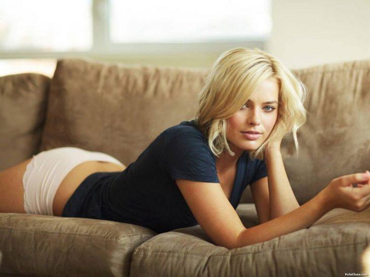 Margot Robbie en la cama
