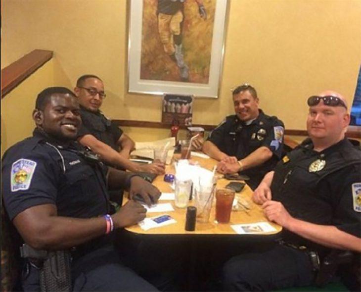 Policías cenando en restorán