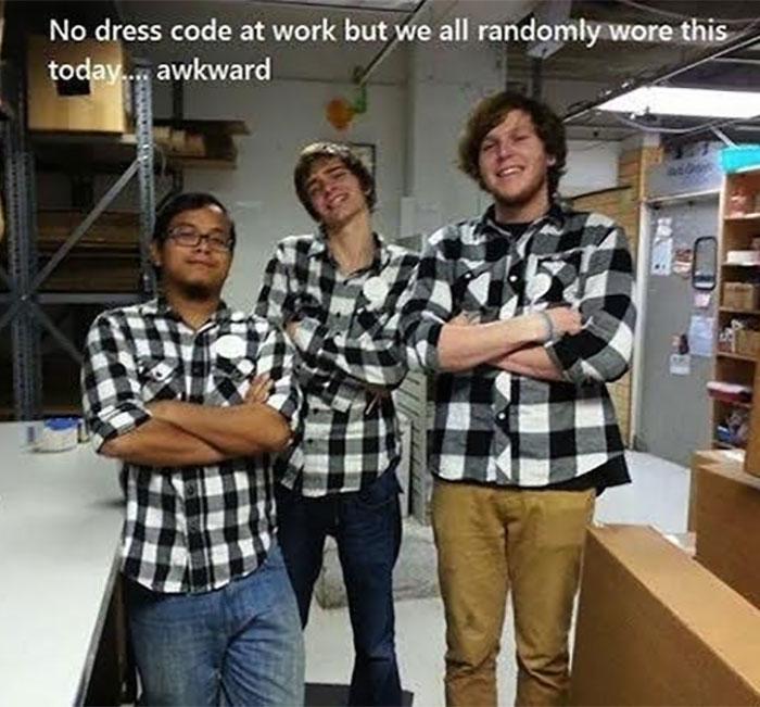 hombres con camisas iguales