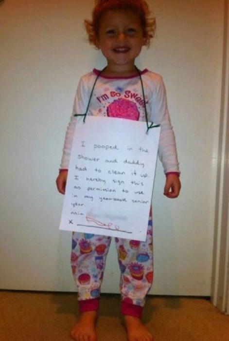 niña con cartel