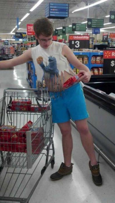 niño compra galletaas walmart