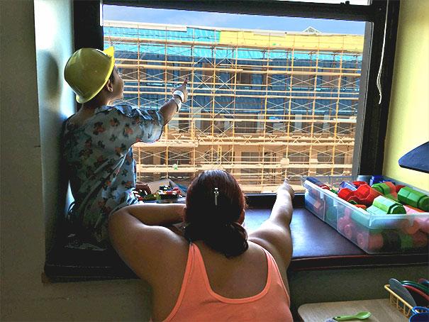 niño con casco desde una ventana
