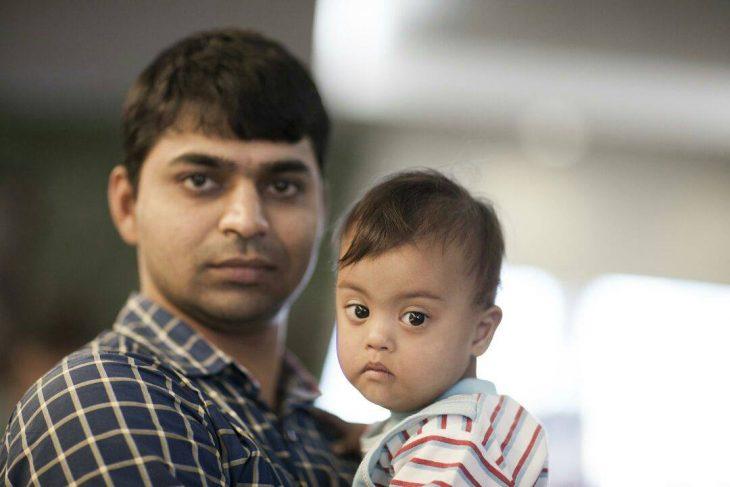 hombre hindu con niño cargado