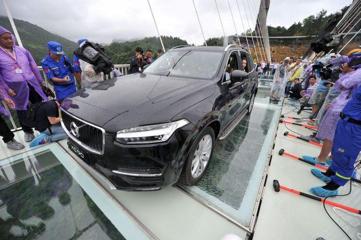 camioneta en puente de cristal
