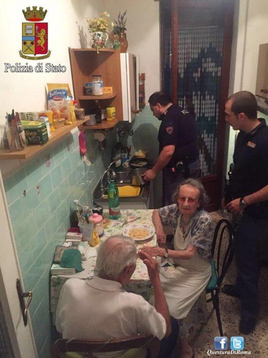 policias ayudan a ancianos