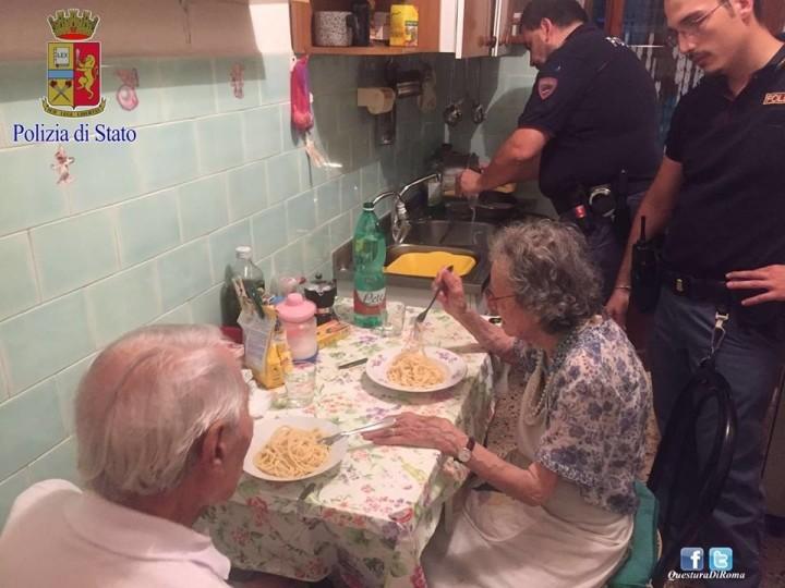 ancianos comiendo con policias