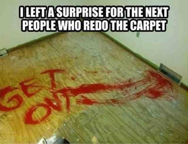 piso pintado con letras rojas