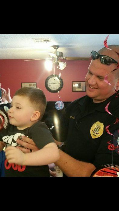 niño con policia