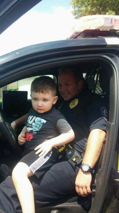 niño en patrulla