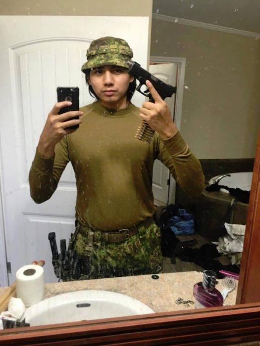 hombre camuflado armas