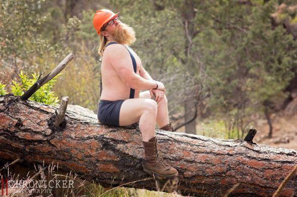 leñador en un tronco