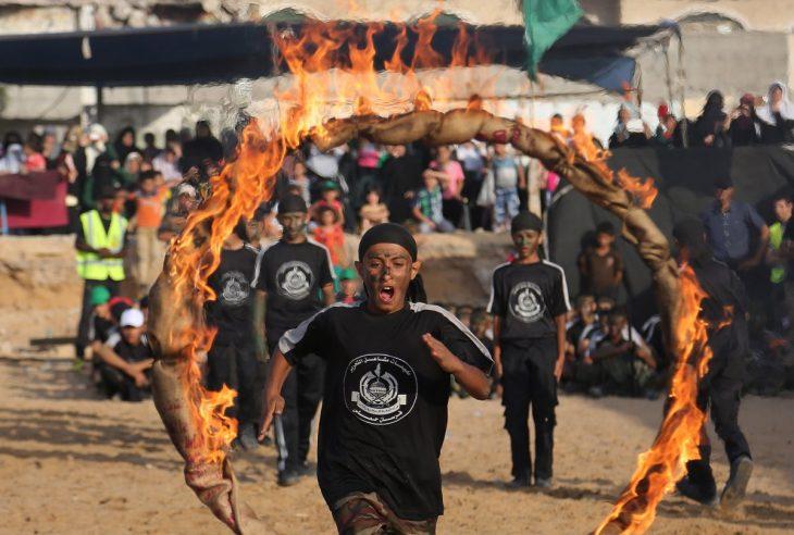 joven salta en fuego