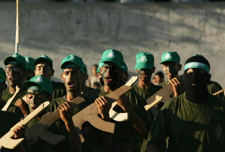 jovenes con rifles de carton