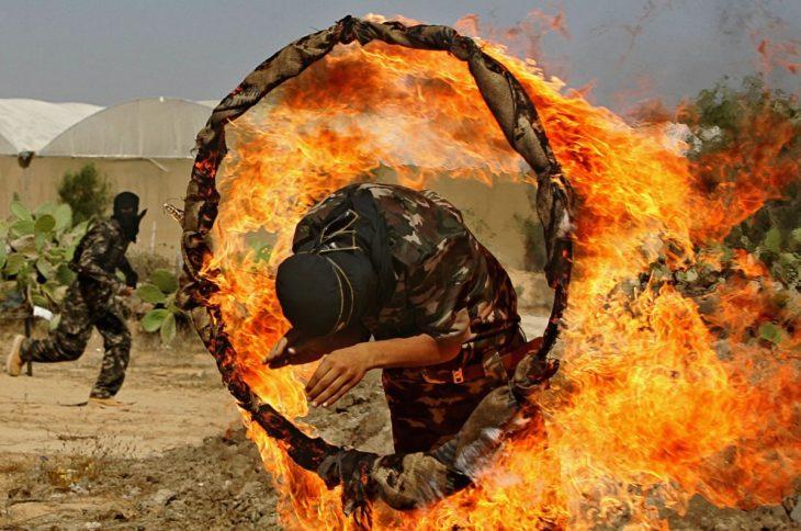 soldado salta aro de fuego