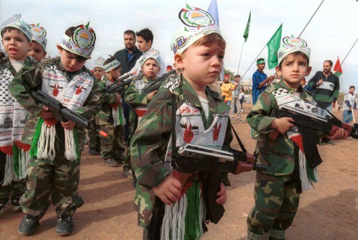 niños con armas de juguete