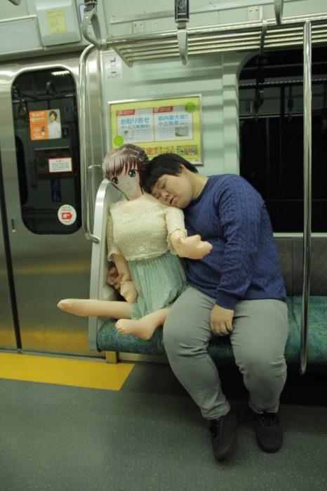 japones con muñeca