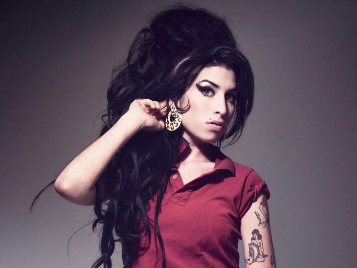 Amy Winehouse con blusa roja