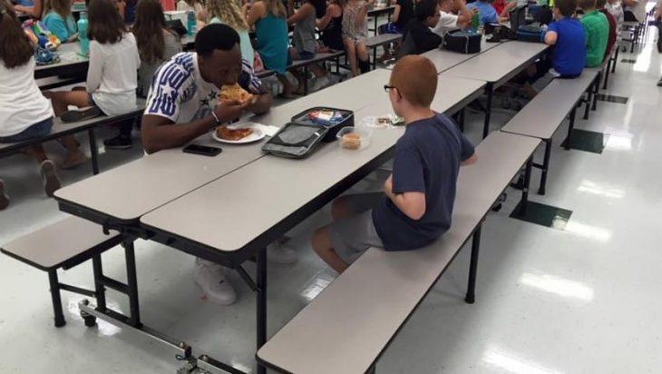 niño y jugador comiendo