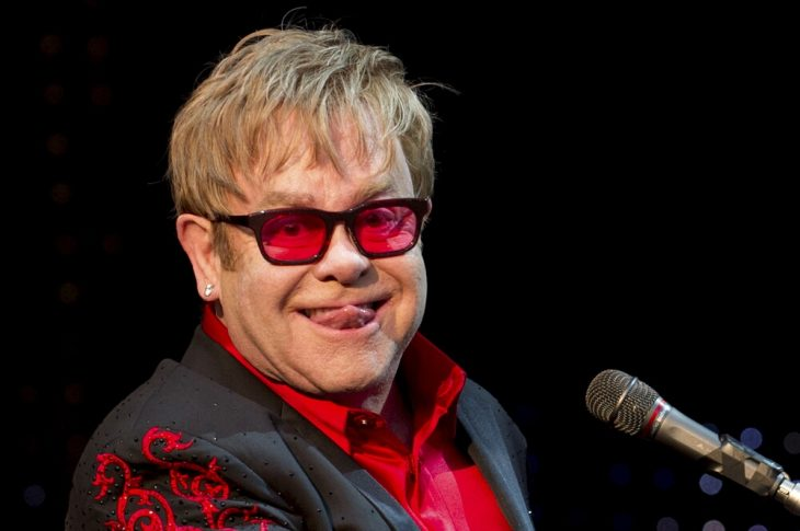 Elton John sacando la lengua