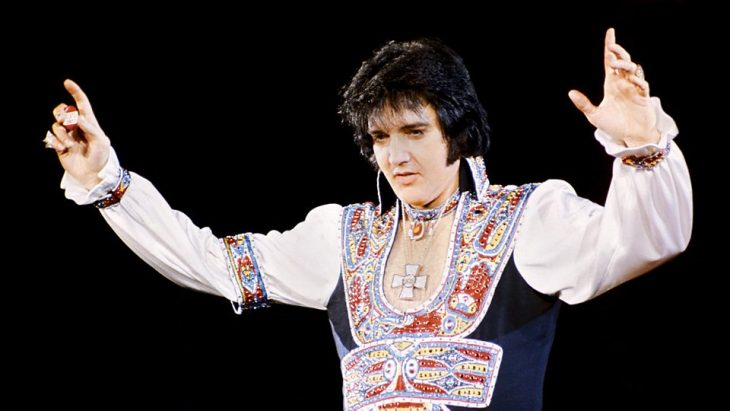 Elvis Presley saludando