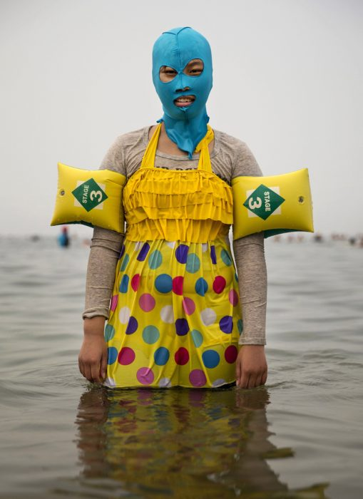 Mujer china usando un facekini