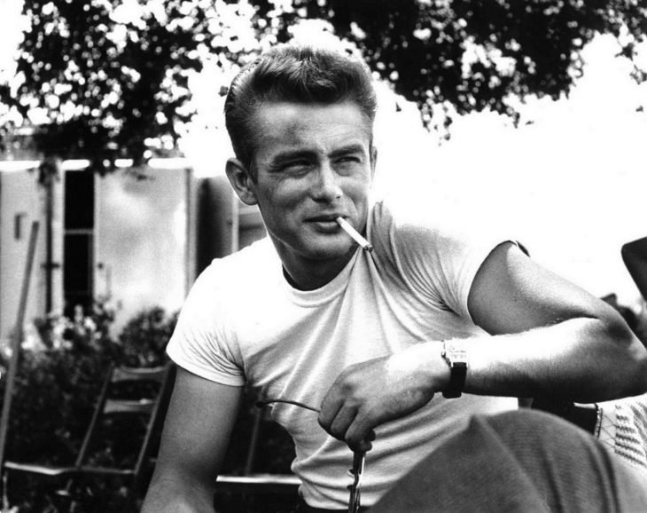 James Dean fumando un cigarrillo