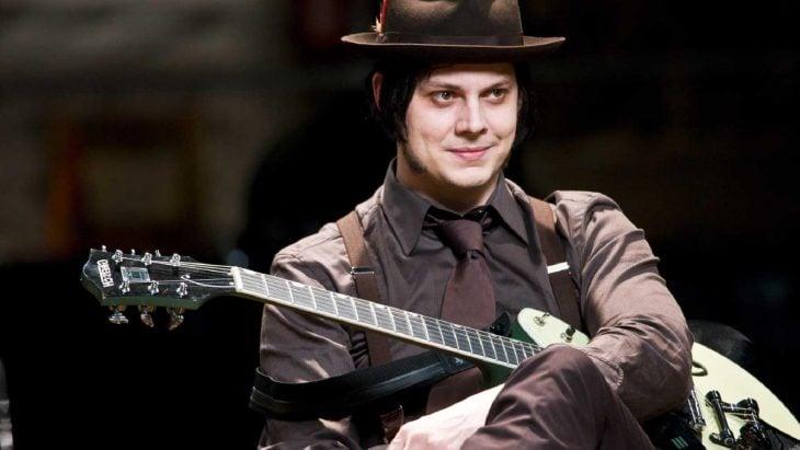 Jack White sostiene su guitarra