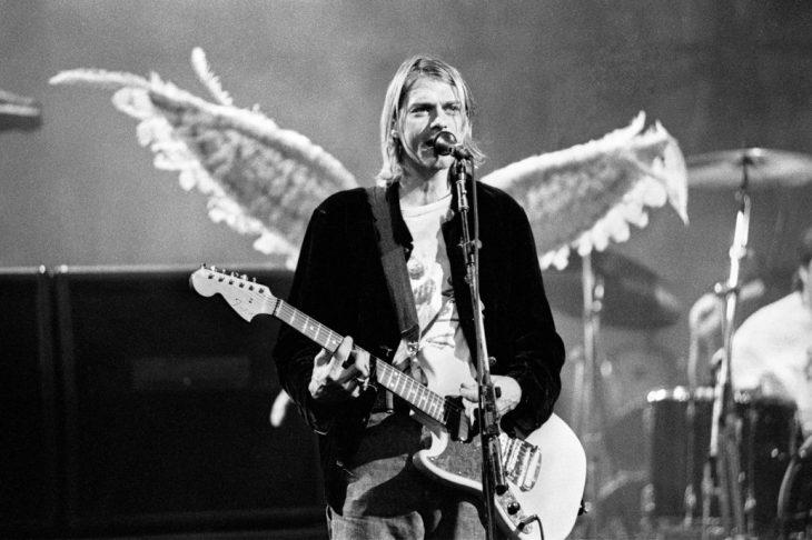 Kurt Cobain toca la guitarra