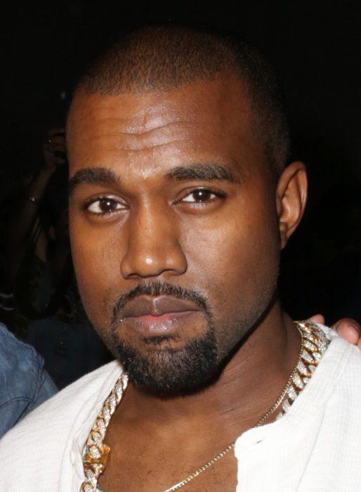Kanye West con camiseta blanca
