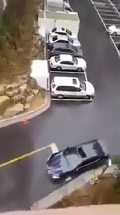 Auto negro en estacionamiento