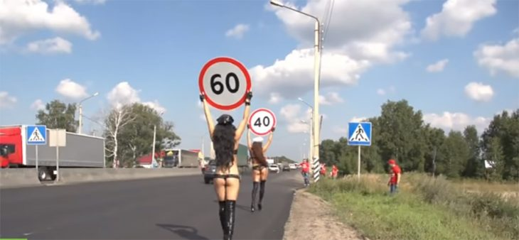Mujeres topless regulan a conductores en Rusia