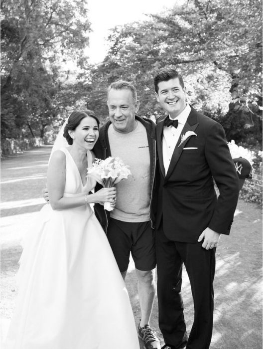 Tom Hanks con una pareja de novios