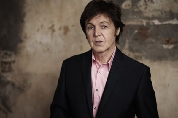 Paul McCartney con saco negro