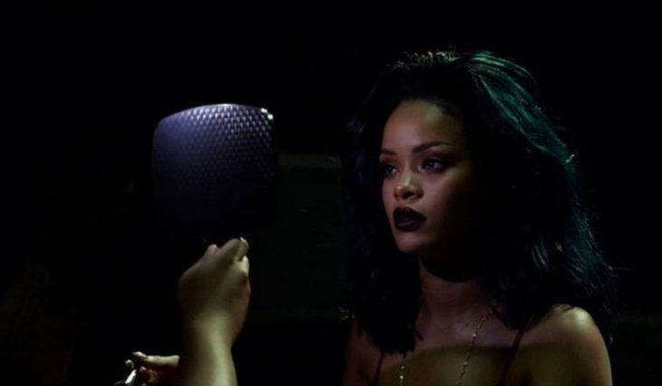 Rihanna ante el espejo