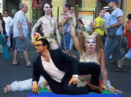 señor en desfile gay