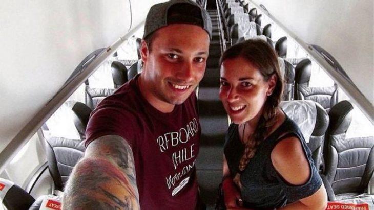 Pareja se toma selfie en avión