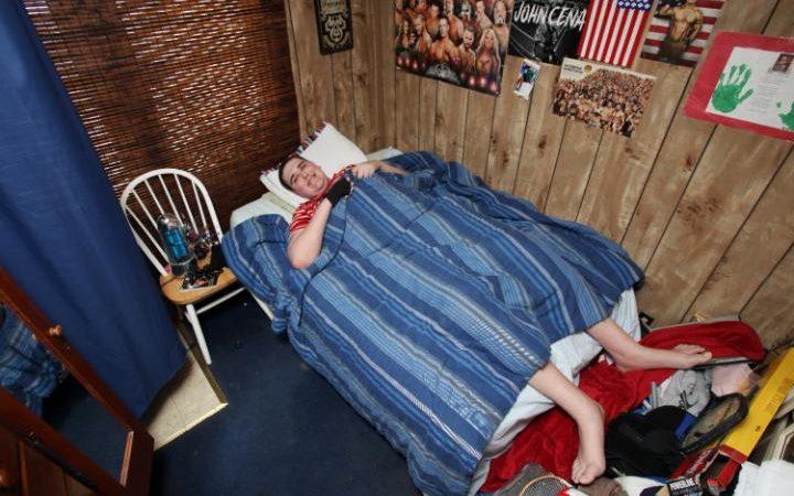 adolescente gitgante en cama
