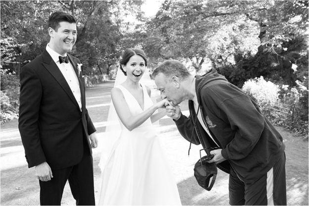 Tom Hanks besa la mano de la novia
