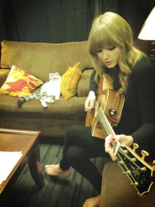 Taylor Swift toca la guitarra