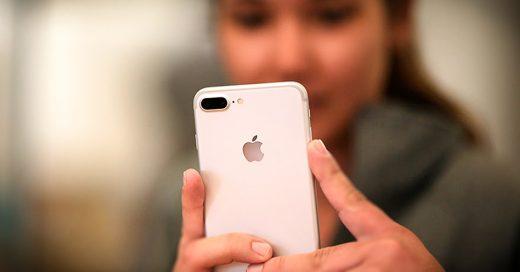 cover-convencio-a-sus-20-novios-para-que-le-regalaran-cada-uno-un-iphone-7