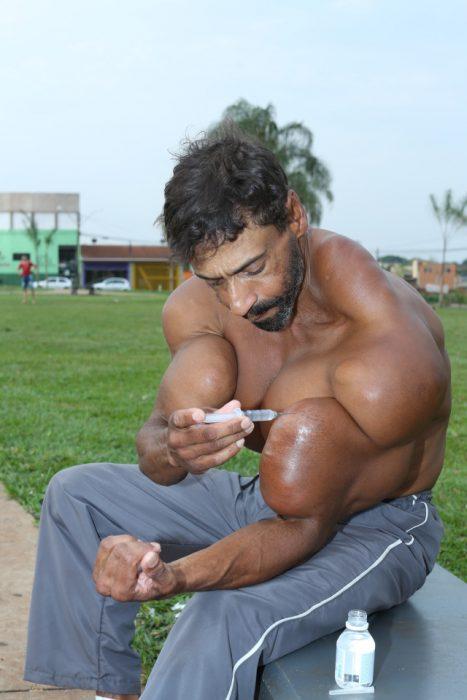 Hulk brasileño se inyecta aceite