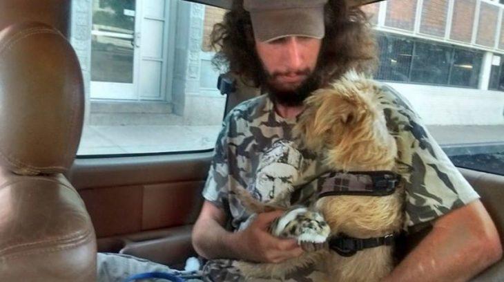 Indigente recupera a su perrito