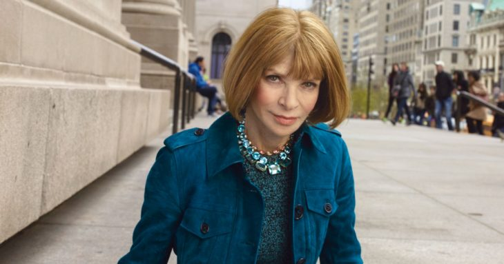 Anna Wintour con abrigo azul