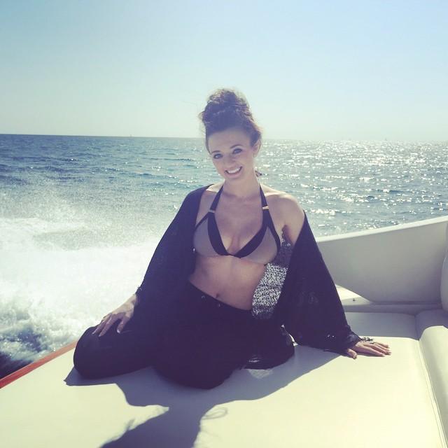 Brittany Page en un barco